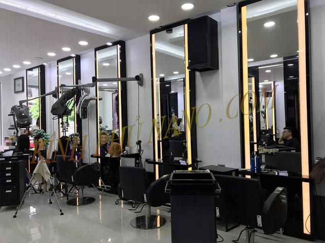 Gương trang trí đèn led lắp đặt tại salon tóc