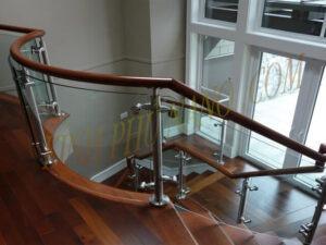 Cầu thang kính dùng chân trị cao Inox 304 kết hợp cùng tay vịn gỗ lim Nam Phi tròn