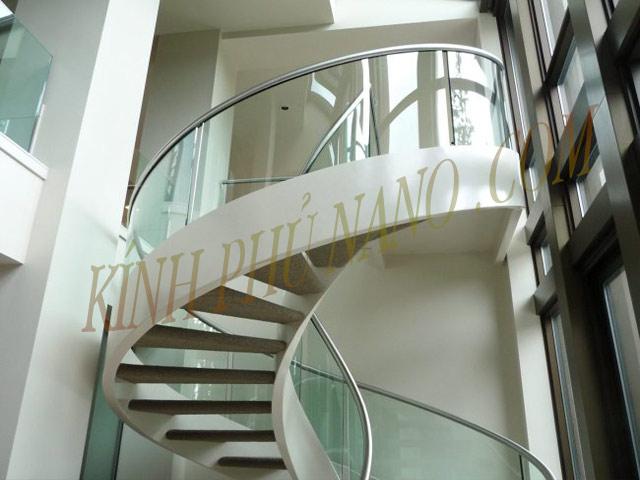 Cầu thang xoắc ôc sử dụng khung thép tĩnh điện và kính uốn cong làm lan can