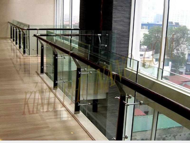 Lan can hành lang trung tâm thương mại sử dụng chân trụ inox cao