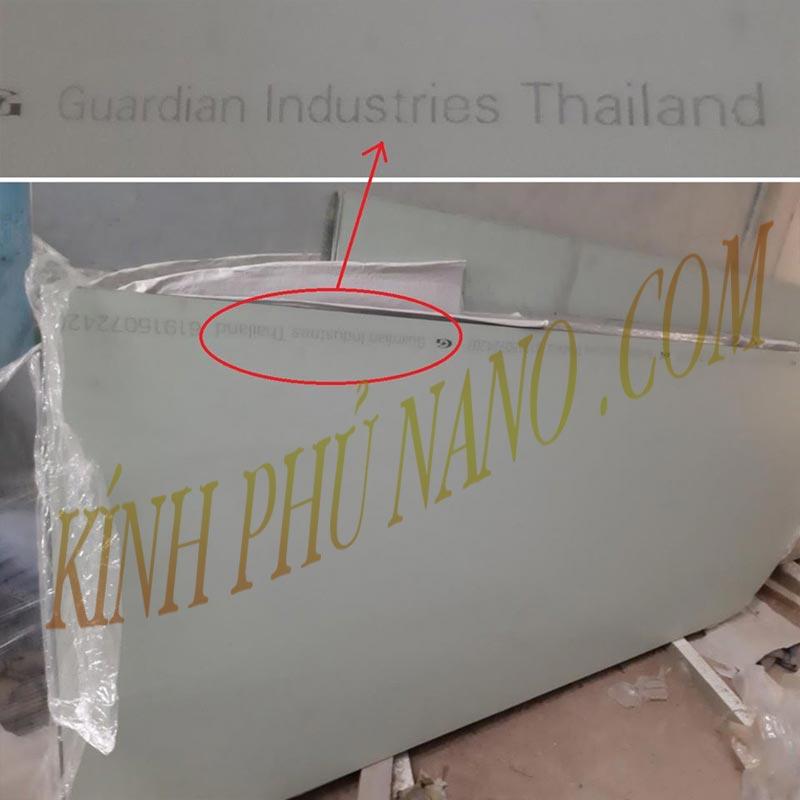 Mặt hậu in dòng chữ Guardian Industries Thailand tại mặt sau của gương để phân biệt với các hãng gương khác