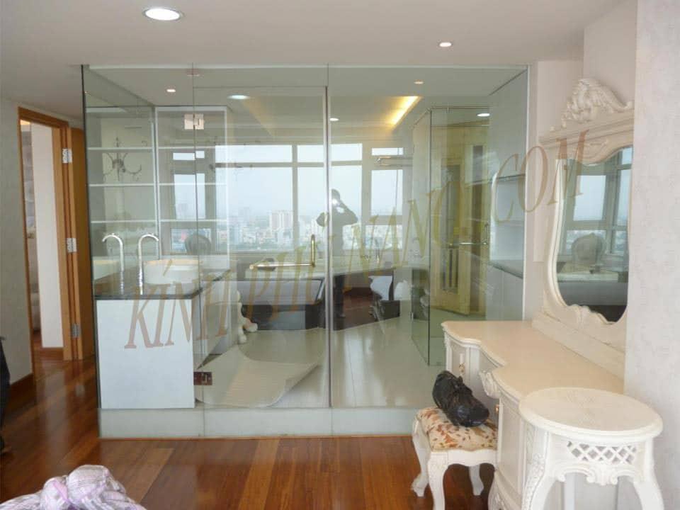 Sử dụn vách kính cường lực thay tường giúp không gian phòng ngủ hiện đại, tiện nghi và thông thoáng