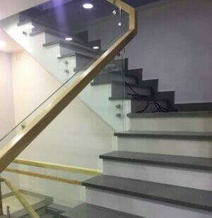 Cầu thang kính trụ cao có ưu điểm gì